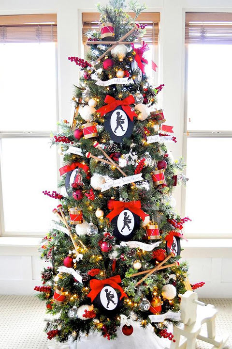 A beautiful Christmas tree with DIY ornaments and to showcase the family photos