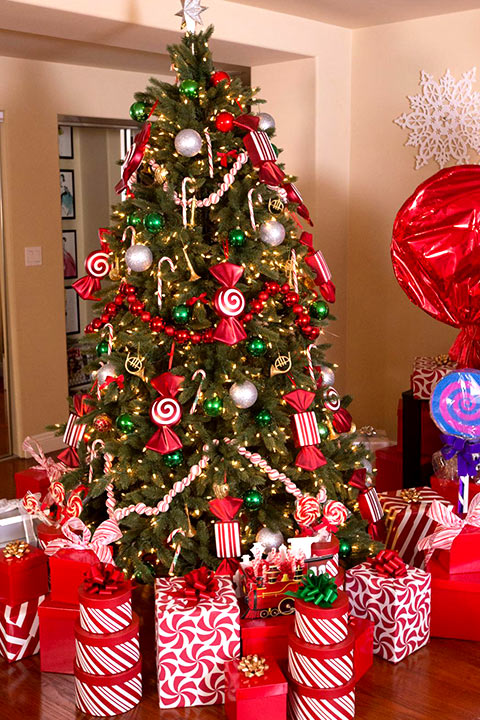 Traditional style christmas tree with garlands of Popcorn string & beautiful red wooden beads