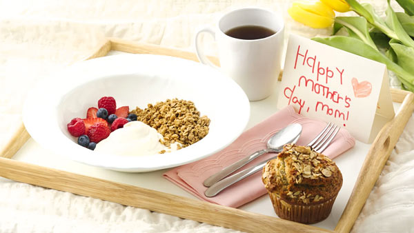 Làm món ăn yêu thích cho mẹ vào bữa sáng
